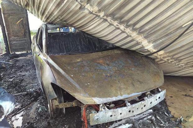 Đang đậu trong gara sát nhà, ô tô bất ngờ cháy dữ dội - Ảnh 1.