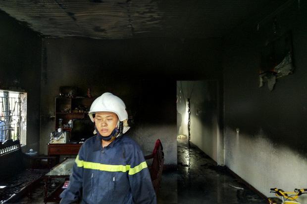 Đang đậu trong gara sát nhà, ô tô bất ngờ cháy dữ dội - Ảnh 2.