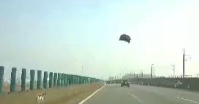 Xe Nissan bật văng nắp ca pô khi chạy trên cao tốc