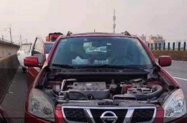 Xe Nissan bat vang nap ca po khi chay tren cao toc