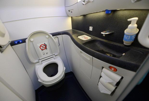 Học ngay cách sử dụng WC trên máy bay để bụng dạ biểu tình thì còn biết cách mà ứng phó nè! - Ảnh 2.