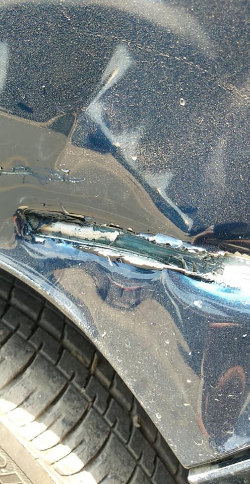 Ô tô mới bị xe lam đâm rách, hành xử của chủ xe khiến dân mạng vỗ tay rần rần - Ảnh 1.