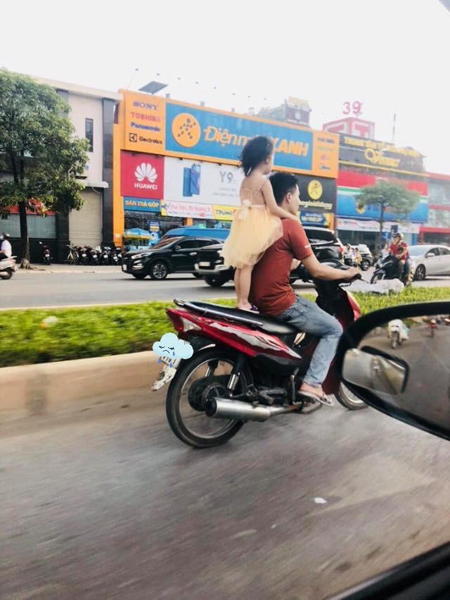 Để bé gái đứng sau yên xe rồi phóng vù vù trên đường, người đàn ông khiến tất cả bức xúc - Ảnh 2.