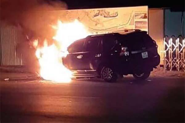 Tài xế đi nhậu về húc dải phân cách, ô tô tiền tỉ bốc cháy ở Quảng Ninh - Ảnh 1.