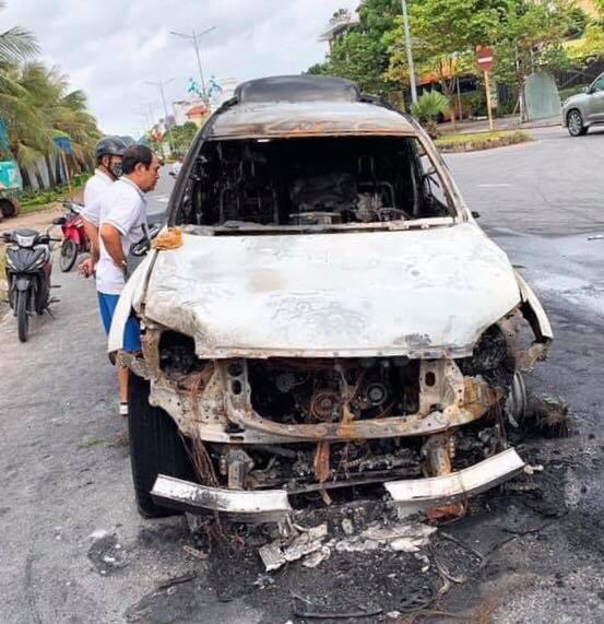 Tài xế đi nhậu về húc dải phân cách, ô tô tiền tỉ bốc cháy ở Quảng Ninh - Ảnh 3.