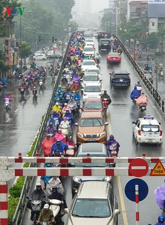 Nhiều tuyến đường ở Hà Nội kẹt cứng vì cơn mưa sáng sớm - Ảnh 8.