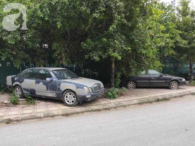 Cận cảnh nhiều xe sang hiệu Mercedes, BMW, Camry hết đát bị vứt bỏ trên vỉa hè Hà Nội - Ảnh 1.