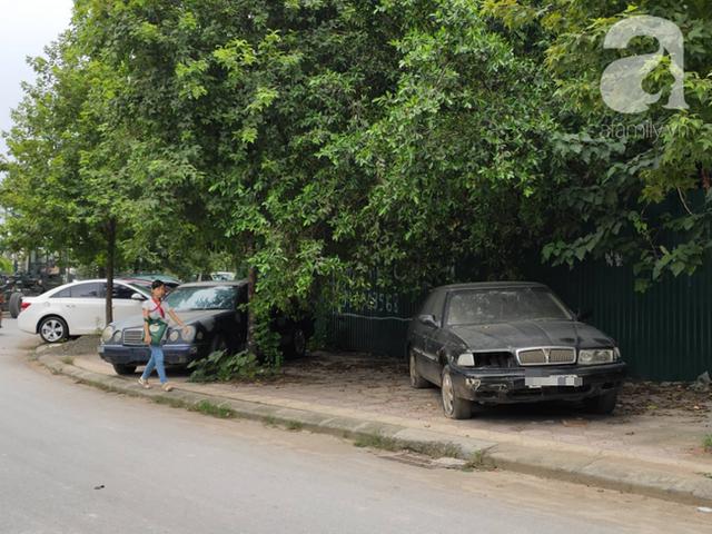 Cận cảnh nhiều xe sang hiệu Mercedes, BMW, Camry hết đát bị vứt bỏ trên vỉa hè Hà Nội - Ảnh 2.