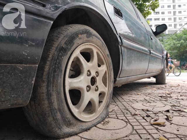 Cận cảnh nhiều xe sang hiệu Mercedes, BMW, Camry hết đát bị vứt bỏ trên vỉa hè Hà Nội - Ảnh 12.
