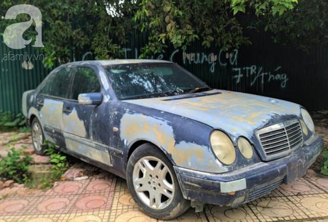 Cận cảnh nhiều xe sang hiệu Mercedes, BMW, Camry hết đát bị vứt bỏ trên vỉa hè Hà Nội - Ảnh 3.