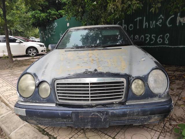 Cận cảnh nhiều xe sang hiệu Mercedes, BMW, Camry hết đát bị vứt bỏ trên vỉa hè Hà Nội - Ảnh 4.