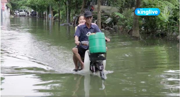 Clip: Hàng trăm hộ dân Hà Nội vẫn chật vật sống trong cảnh bì bõm lội nước sau 3 ngày mưa bão - Ảnh 2.