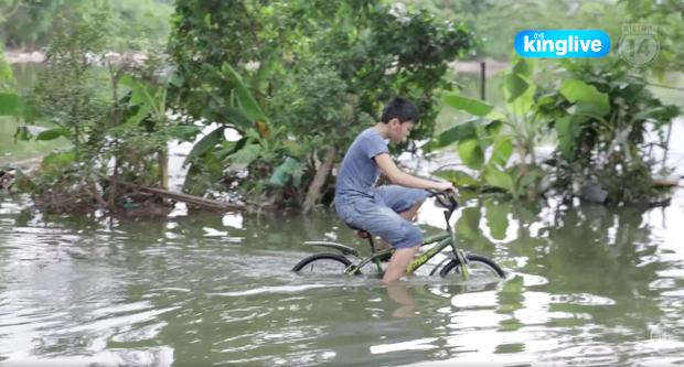 Clip: Hàng trăm hộ dân Hà Nội vẫn chật vật sống trong cảnh bì bõm lội nước sau 3 ngày mưa bão - Ảnh 3.
