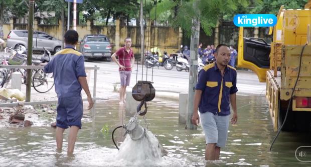 Clip: Hàng trăm hộ dân Hà Nội vẫn chật vật sống trong cảnh bì bõm lội nước sau 3 ngày mưa bão - Ảnh 5.