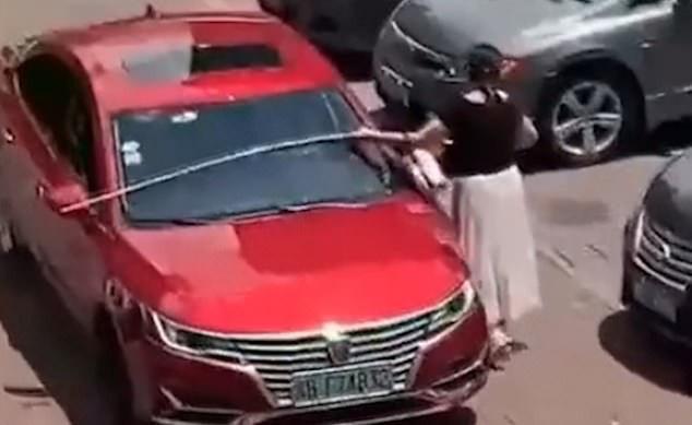 Đến bãi đậu xe còn thủ sẵn thước dây, hành động của người phụ nữ khiến dân mạng chết cười nhưng cũng nể hết cỡ - Ảnh 4.