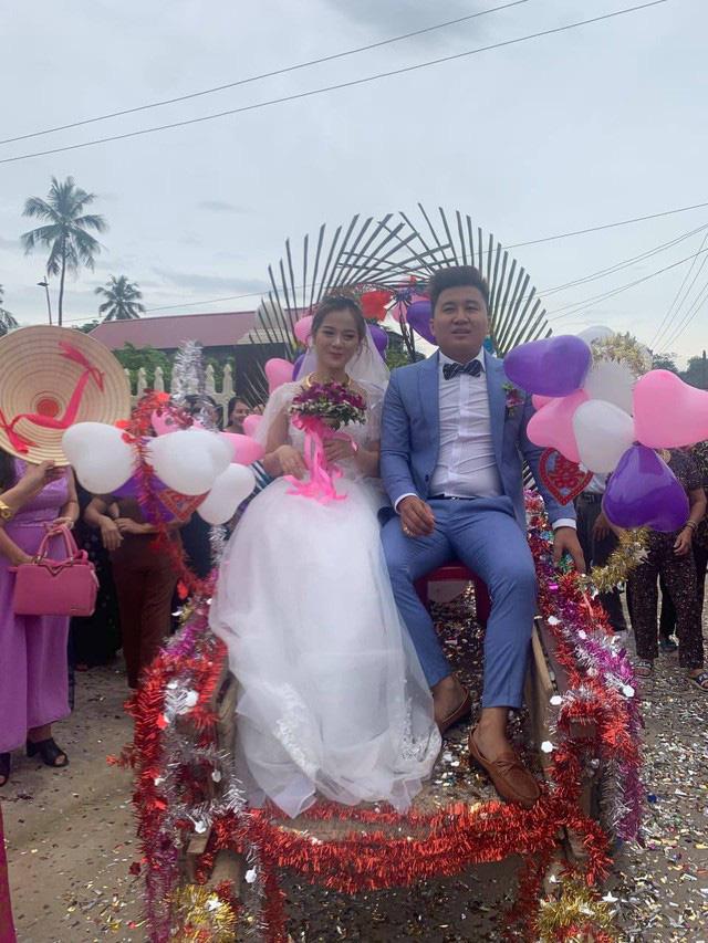 Trong ngày cưới, xe rước dâu của chú rể khiến cả xóm làng xôn xao, thích thú - Ảnh 1.