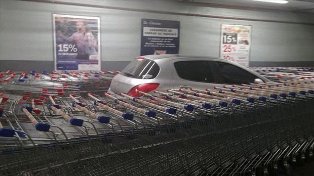 Nhân viên siêu thị tung chiêu trả đũa bá đạo dằn mặt tài xế đỗ xe ẩu - Ảnh 2.