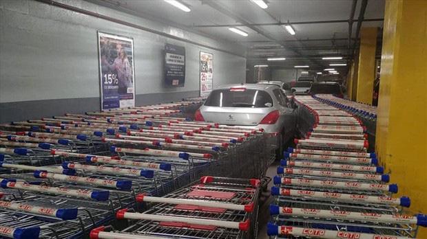 Nhân viên siêu thị tung chiêu trả đũa bá đạo dằn mặt tài xế đỗ xe ẩu - Ảnh 3.