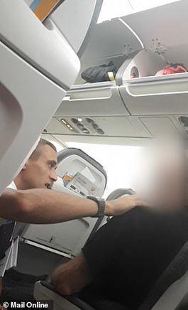 Người đàn ông dọa cắt cổ tiếp viên trên máy bay trong lúc tức giận - Ảnh 2.