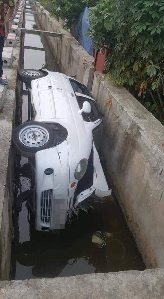Hiện trường vụ tai nạn ô tô kỳ lạ, dân mạng hoang mang hỏi: Đi kiểu gì mà thành thế này? - Ảnh 1.