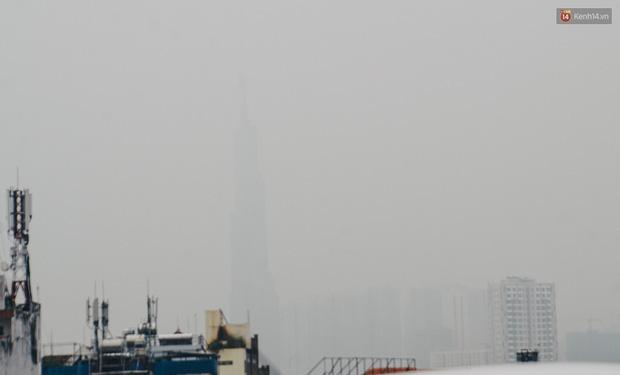 Sài Gòn bị bao phủ một màu trắng đục từ sáng đến trưa, người dân cay mắt khi đi ngoài trời - Ảnh 2.