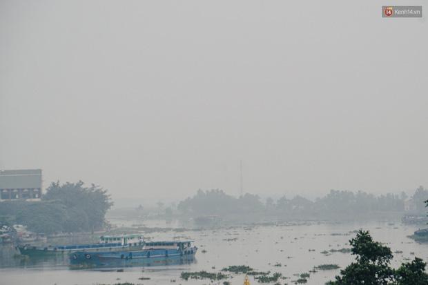 Sài Gòn bị bao phủ một màu trắng đục từ sáng đến trưa, người dân cay mắt khi đi ngoài trời - Ảnh 11.