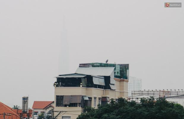 Sài Gòn bị bao phủ một màu trắng đục từ sáng đến trưa, người dân cay mắt khi đi ngoài trời - Ảnh 3.
