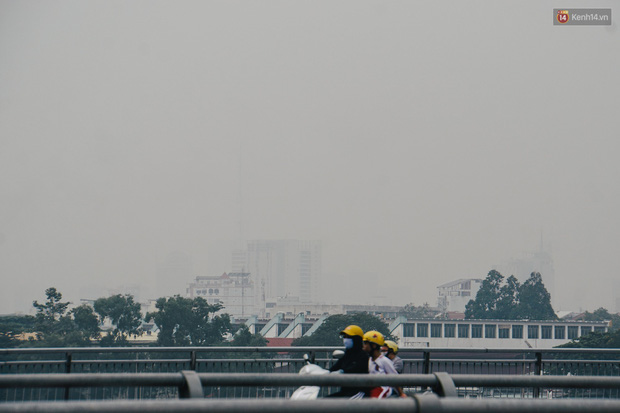 Sài Gòn bị bao phủ một màu trắng đục từ sáng đến trưa, người dân cay mắt khi đi ngoài trời - Ảnh 4.