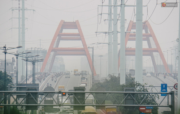 Sài Gòn bị bao phủ một màu trắng đục từ sáng đến trưa, người dân cay mắt khi đi ngoài trời - Ảnh 5.