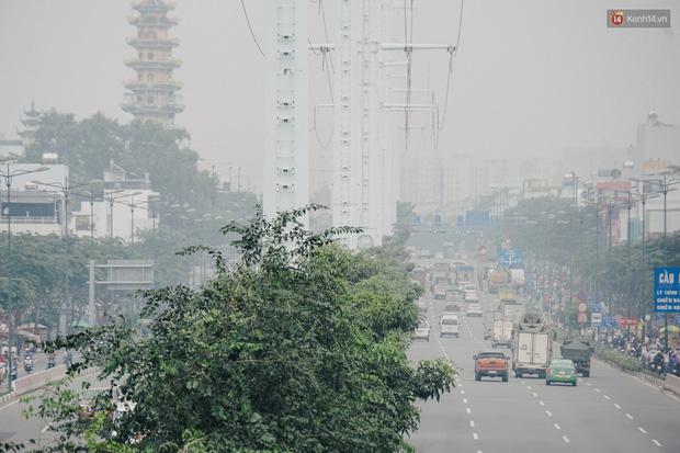 Sài Gòn bị bao phủ một màu trắng đục từ sáng đến trưa, người dân cay mắt khi đi ngoài trời - Ảnh 6.