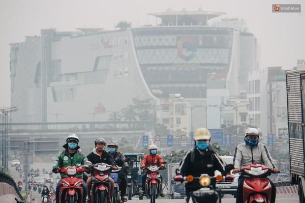 Sài Gòn bị bao phủ một màu trắng đục từ sáng đến trưa, người dân cay mắt khi đi ngoài trời - Ảnh 7.