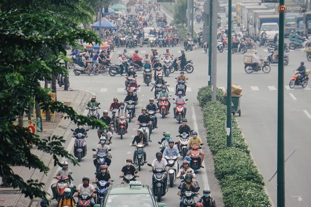 Sài Gòn bị bao phủ một màu trắng đục từ sáng đến trưa, người dân cay mắt khi đi ngoài trời - Ảnh 8.