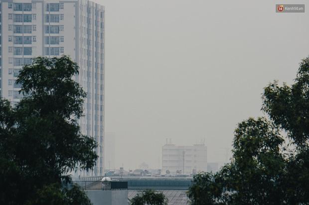 Sài Gòn bị bao phủ một màu trắng đục từ sáng đến trưa, người dân cay mắt khi đi ngoài trời - Ảnh 10.