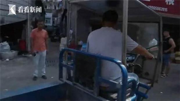 Đang đi chợ, người phụ nữ bất ngờ bị xe ba gác tông trọng thương, sau khi cảnh sát đến nơi mới bất ngờ với kẻ gây tai nạn - Ảnh 1.