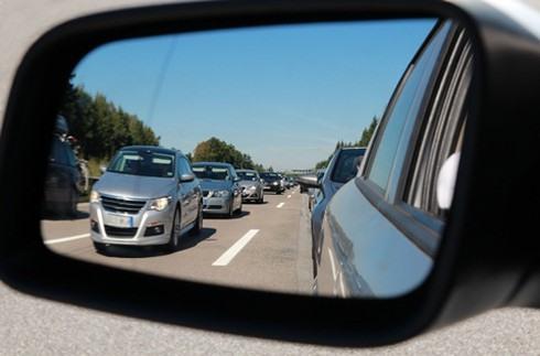 Lùi xe ô tô sao cho đúng cách và an toàn? - Ảnh 1.