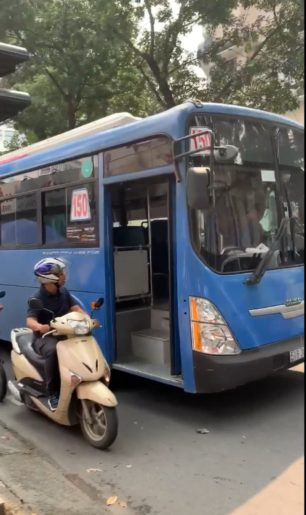 Đình chỉ tài xế xe buýt bấm còi, ép xe máy, phun nước bọt ở trung tâm Sài Gòn - Ảnh 1.