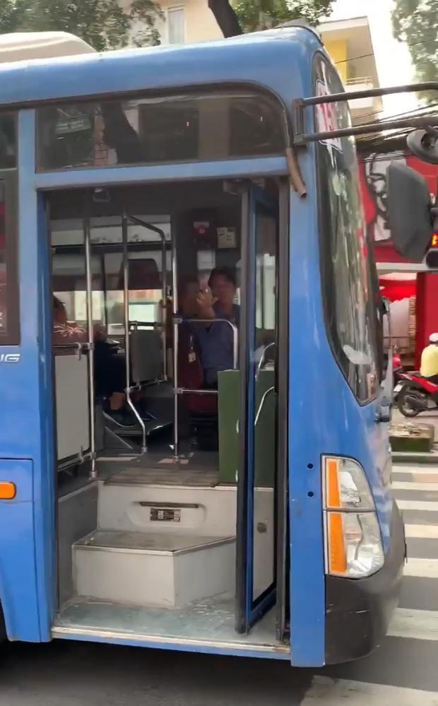 Đình chỉ tài xế xe buýt bấm còi, ép xe máy, phun nước bọt ở trung tâm Sài Gòn - Ảnh 2.