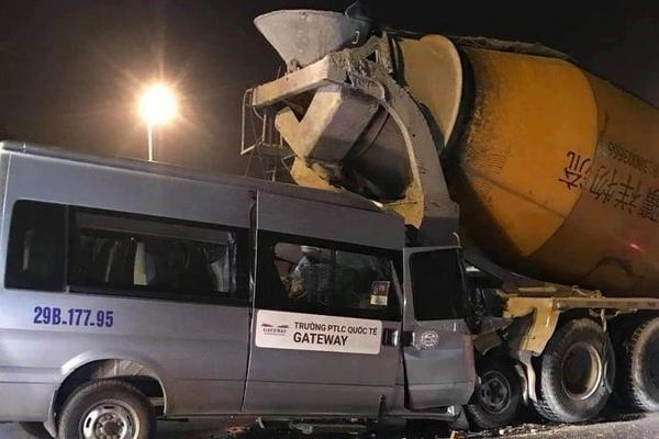Ô tô trường Gateway tông xe bồn, tài xế nhập viện cấp cứu - Ảnh 1.