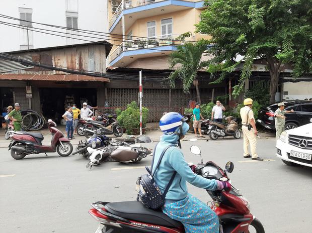 TP. HCM: Xe điên lao vào hàng loạt xe máy và ô tô, hất văng nhiều người ngã xuống đường - Ảnh 1.