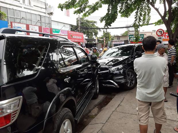 TP. HCM: Xe điên lao vào hàng loạt xe máy và ô tô, hất văng nhiều người ngã xuống đường - Ảnh 2.