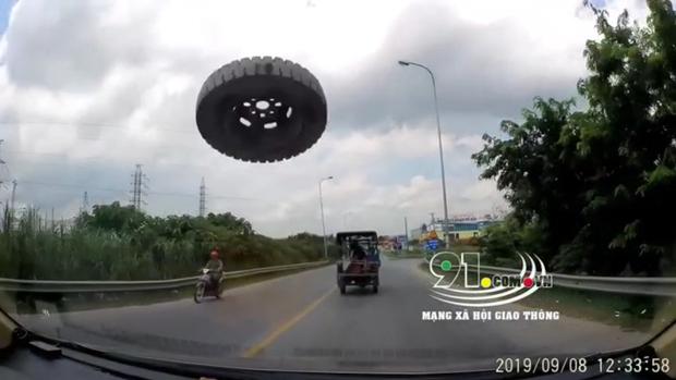 Clip: Đang phóng vù vù trên đường, xe con bất ngờ bị chiếc lốp bay đập vỡ kính - Ảnh 2.