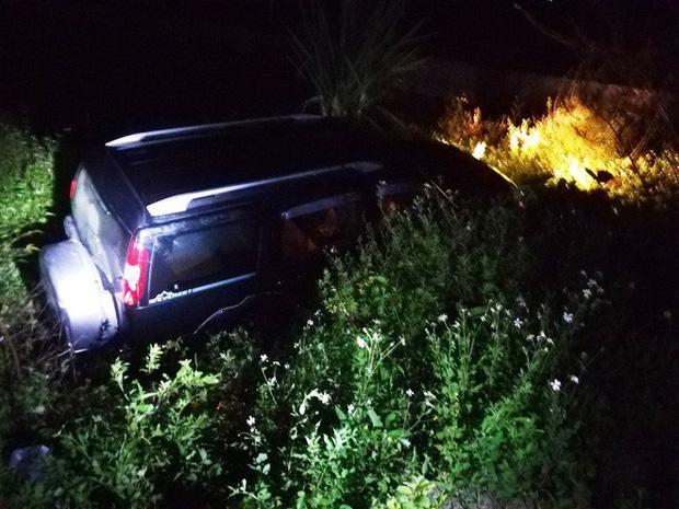 Ford Everest lao xuống mương, tài xế chết trên vô lăng, 2 người khác bị thương - Ảnh 2.