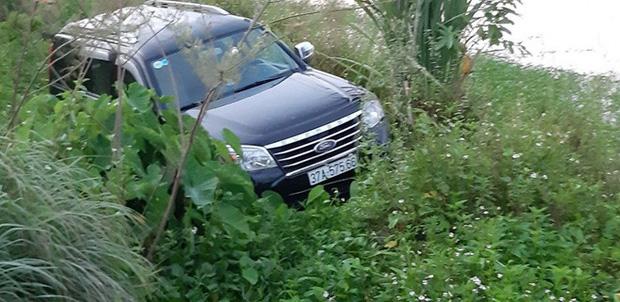 Ford Everest lao xuống mương, tài xế chết trên vô lăng, 2 người khác bị thương - Ảnh 3.