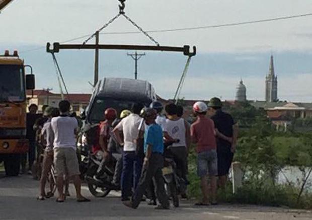 Ford Everest lao xuống mương, tài xế chết trên vô lăng, 2 người khác bị thương - Ảnh 4.