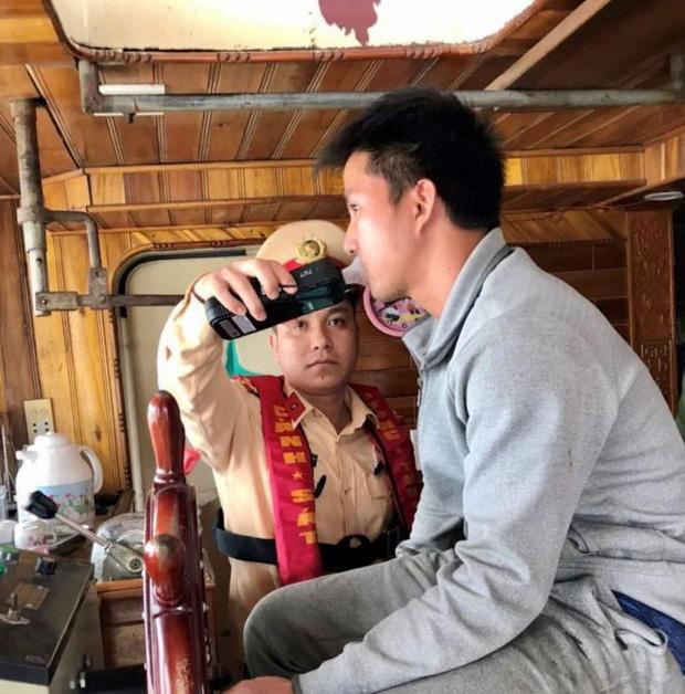 CSGT xuống sông phạt ma men lái tàu thủy ở Bắc Ninh - Ảnh 1.