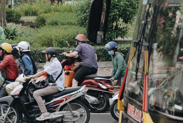 Chùm ảnh Flycam người dân ùn ùn đổ về quê ăn Tết, các ngả đường về bến xe lớn nhất Sài Gòn ùn tắc kinh hoàng - Ảnh 19.