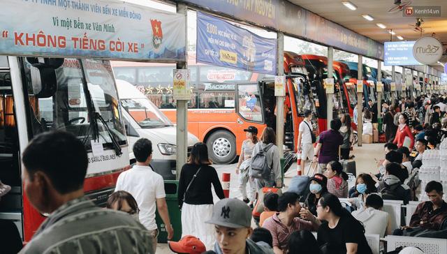 Chùm ảnh Flycam người dân ùn ùn đổ về quê ăn Tết, các ngả đường về bến xe lớn nhất Sài Gòn ùn tắc kinh hoàng - Ảnh 23.