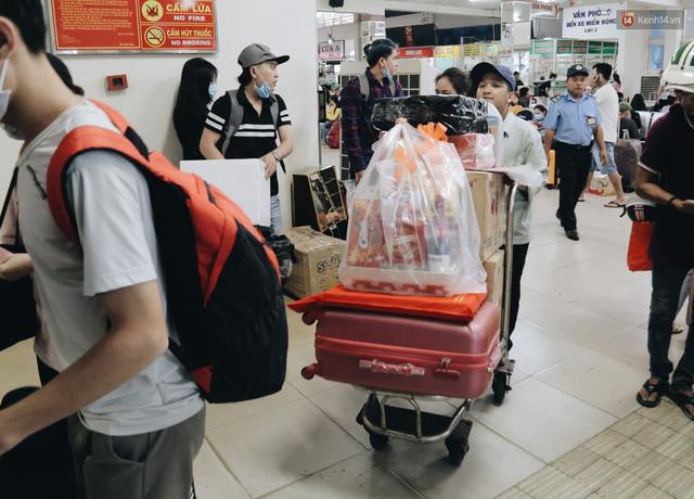 Chùm ảnh Flycam người dân ùn ùn đổ về quê ăn Tết, các ngả đường về bến xe lớn nhất Sài Gòn ùn tắc kinh hoàng - Ảnh 24.