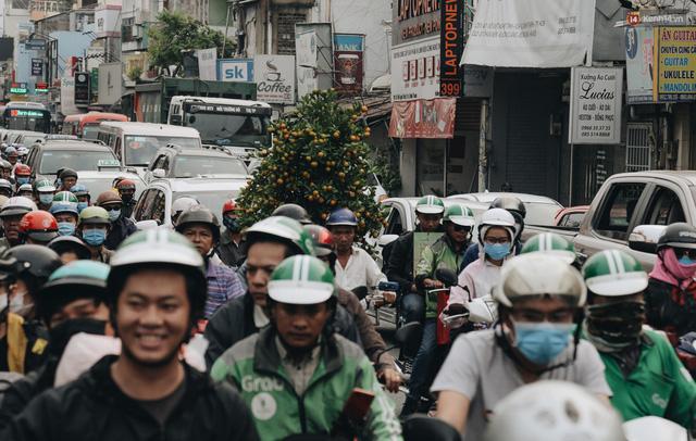 Chùm ảnh Flycam người dân ùn ùn đổ về quê ăn Tết, các ngả đường về bến xe lớn nhất Sài Gòn ùn tắc kinh hoàng - Ảnh 5.