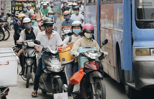 Chùm ảnh Flycam người dân ùn ùn đổ về quê ăn Tết, các ngả đường về bến xe lớn nhất Sài Gòn ùn tắc kinh hoàng - Ảnh 7.
